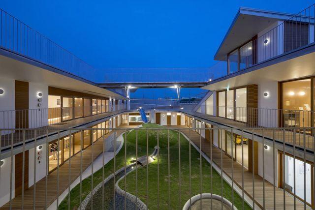 这个高两层,拥有层叠屋顶花园的环形结构幼儿园位于日本船桥市.