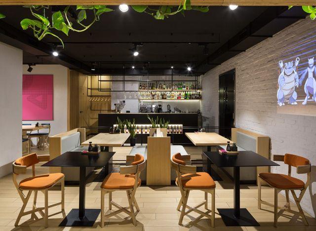 说起日本料理广州装修设计小编相信很多人会联想到寿司、生鱼片之类的食物,老实说小编也是呢,哈哈,吃货的本质一不小心就给暴露了。捂脸~~~ 好啦,不跑题咯,今天广州装修设计小编要给大家分享的是一家位于乌克兰的日式料理餐厅,虽然是吃货,但是作为热爱工作的我,去吃东西的时候总是会东张西望看它的装修如何,可能这个就是职业病吧!这不,被小编我发现了这家日式料理餐厅,它的风格偏向家庭日常休闲,设计理念融合了传统和流行文化,餐厅内部具有清晰几何结构的简约主义形式,大量的装饰木材和各种自然植物,是日本传统文化的独特特征,我