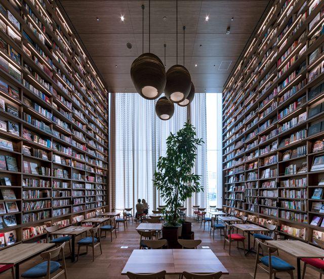 在快节奏的生活下,总需要一个安安静静的地方适时的来放空自己,而这个地方可以是书店!然而书店那么多,我们会选择一次又一次的去光顾的,原因只有一个那就是环境足够好!所以为了吸引更多读者以及留住更多的读者书店的装修设计我们不可以有所忽视!那么怎么样的才算装修得好?看看广州装修设计公司小编为大家准备的这个案例先!  创意书店装修设计  创意书店装修设计  创意书店装修设计  创意书店装修设计  创意书店装修设计 此书店名叫T-SITE,位于日本大阪的一栋商业性综合设施内。从图中我们可以看到在T-SITE书店中,a