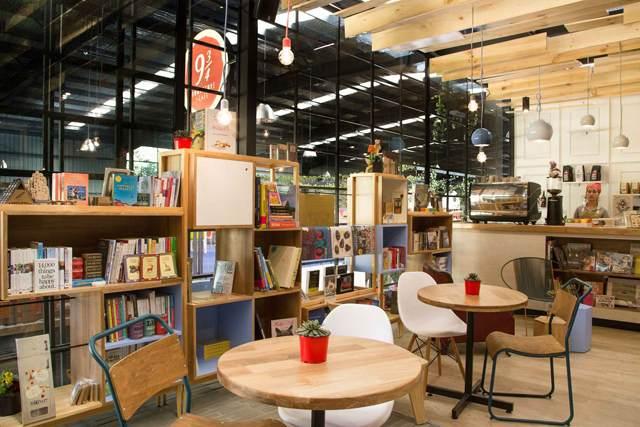 咖啡店装修设计  咖啡店装修设计  咖啡店装修设计  咖啡店装修设计  咖啡店装修设计 但你们千万不要以为它只是提供给儿童的哦,因为在那里大人们也可以找到适当的乐趣。此咖啡店装修设计让人们不仅可以看书买书,还可以跟亲朋好友一起坐在这里聚会交谈,共度美好时光。在这里一个不太明显的角落里,有孩子们专用的区域,他们在这里画画、休息、玩耍,或者静静的欣赏一本好书。