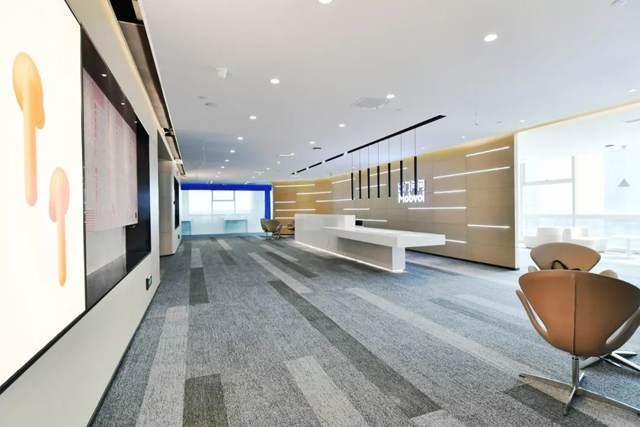 """办公室设计  办公室设计  办公室设计  办公室设计  办公室设计  办公室设计  办公室设计 作为办公区之间的间隔层,蓝色的科技之光让整个办公空间更富科幻、创新、未来之感,并以这个富含科技质感的蓝色装饰墙面和地毯。 设计以""""时尚美学""""为主题元素,实验室、会议室、茶水间、接待室桌椅的选搭,柃檬黄、青苹果绿、晴朗蓝、橙色、琥珀色……随处可见变换的色彩,不同的造型,从视觉上丰富了整个办公空间。"""