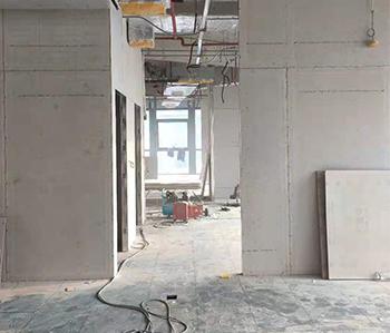 500方办公室装修项目正在进行木工隔断施工中
